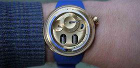 نمایش ساعت با مایع آبی غوغای برند HYT
